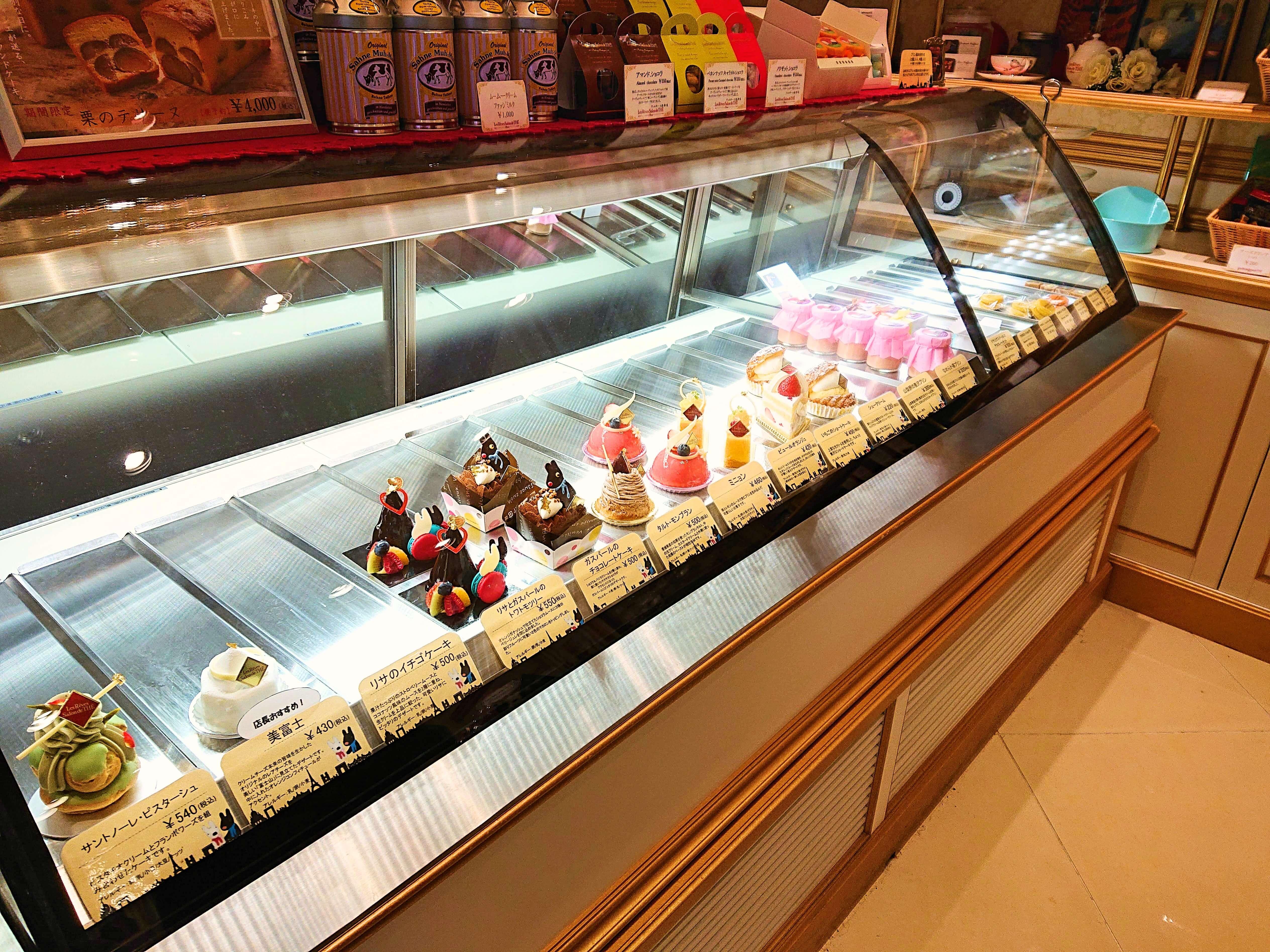 レ・レーヴ・サロン・ド・テのケーキ陳列棚