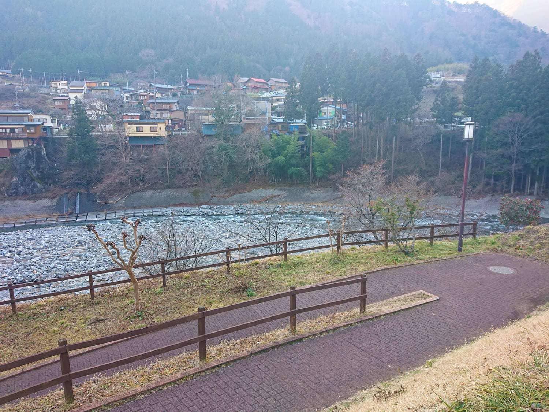 のめこい湯までの坂道と丹波川