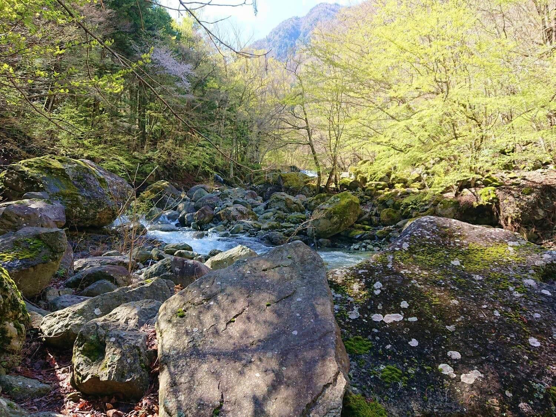 大きな岩が多い足場