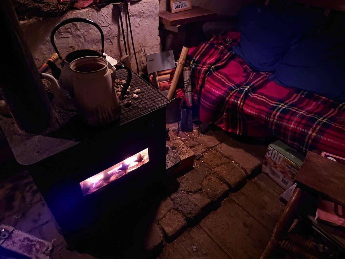 暖炉の近くの座席