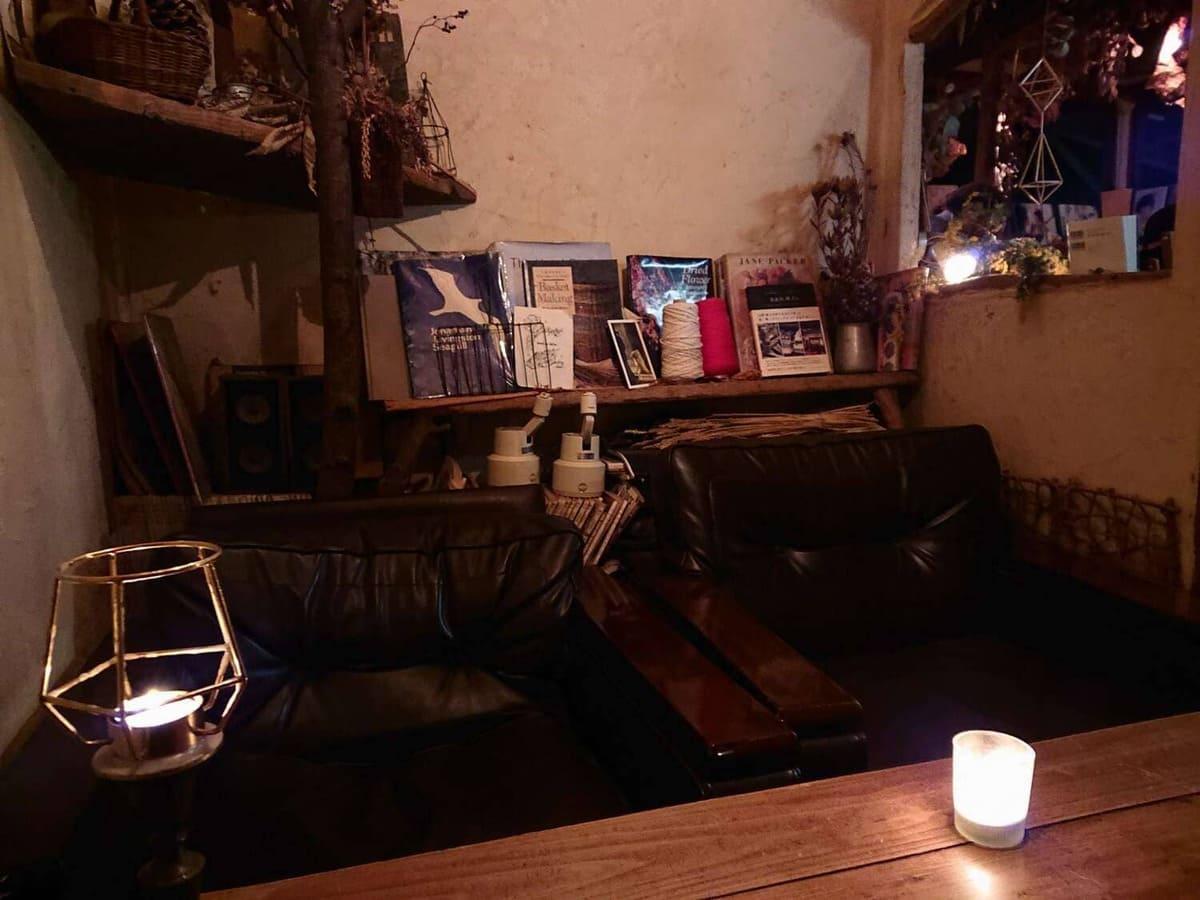 4名がけのソファー付きテーブル席