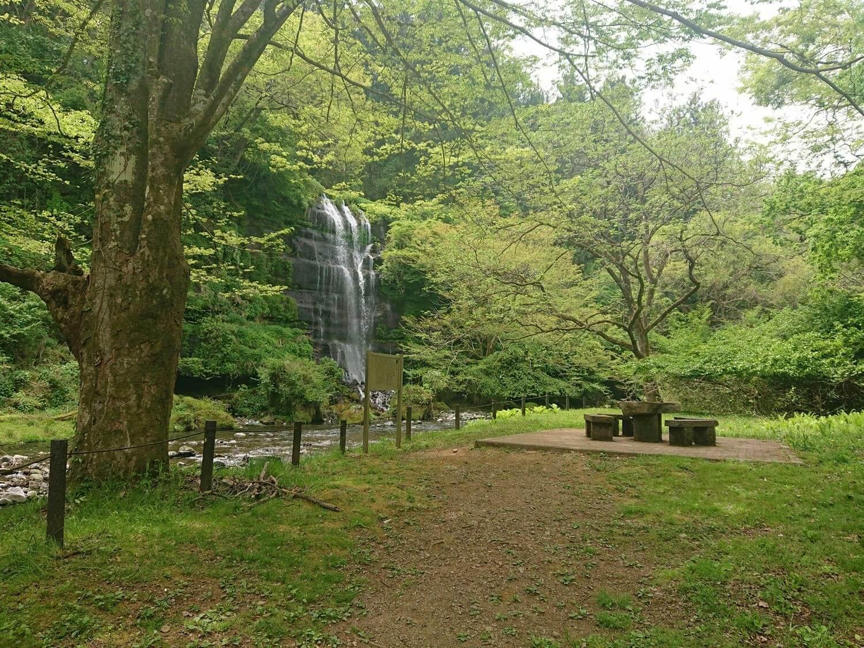 太郎次郎滝と目の前の公園