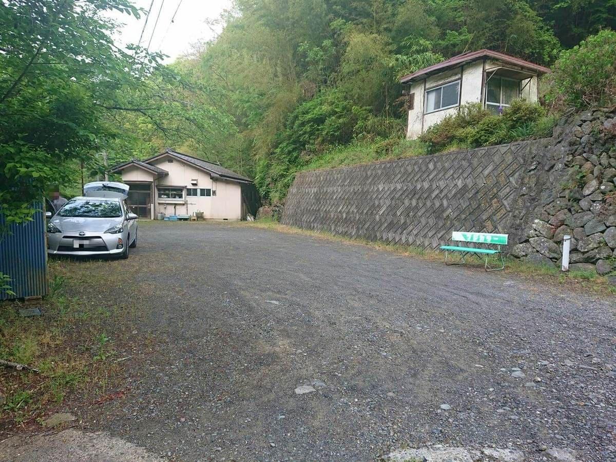 三沢川上流域にある公民館の駐車スペース