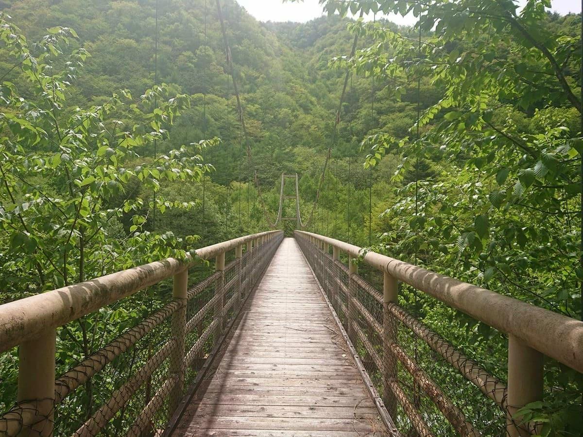 石空川へのつり橋