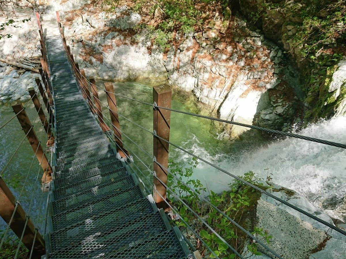 登山道にあるつり橋