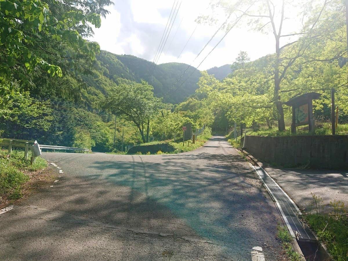 伊奈ヶ湖と櫛形山への分岐交差点