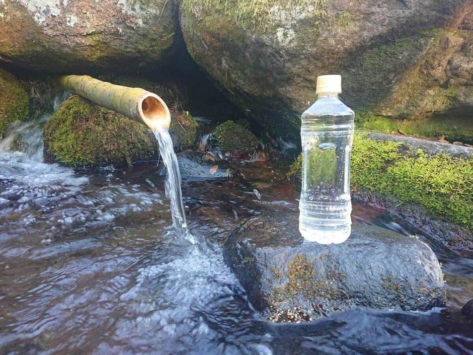 女取湧水の水汲み場とペットボトル