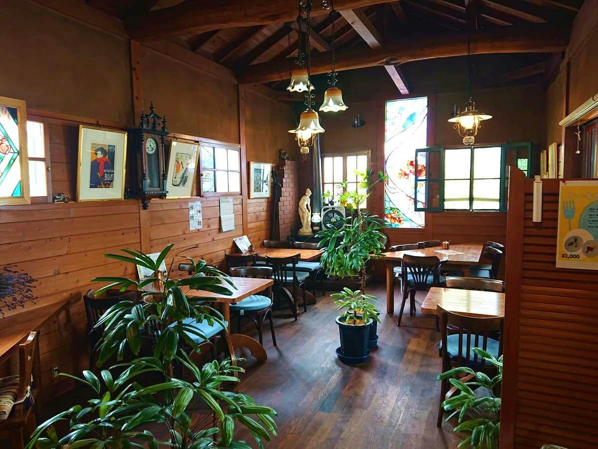 珈琲茶屋のテーブル席