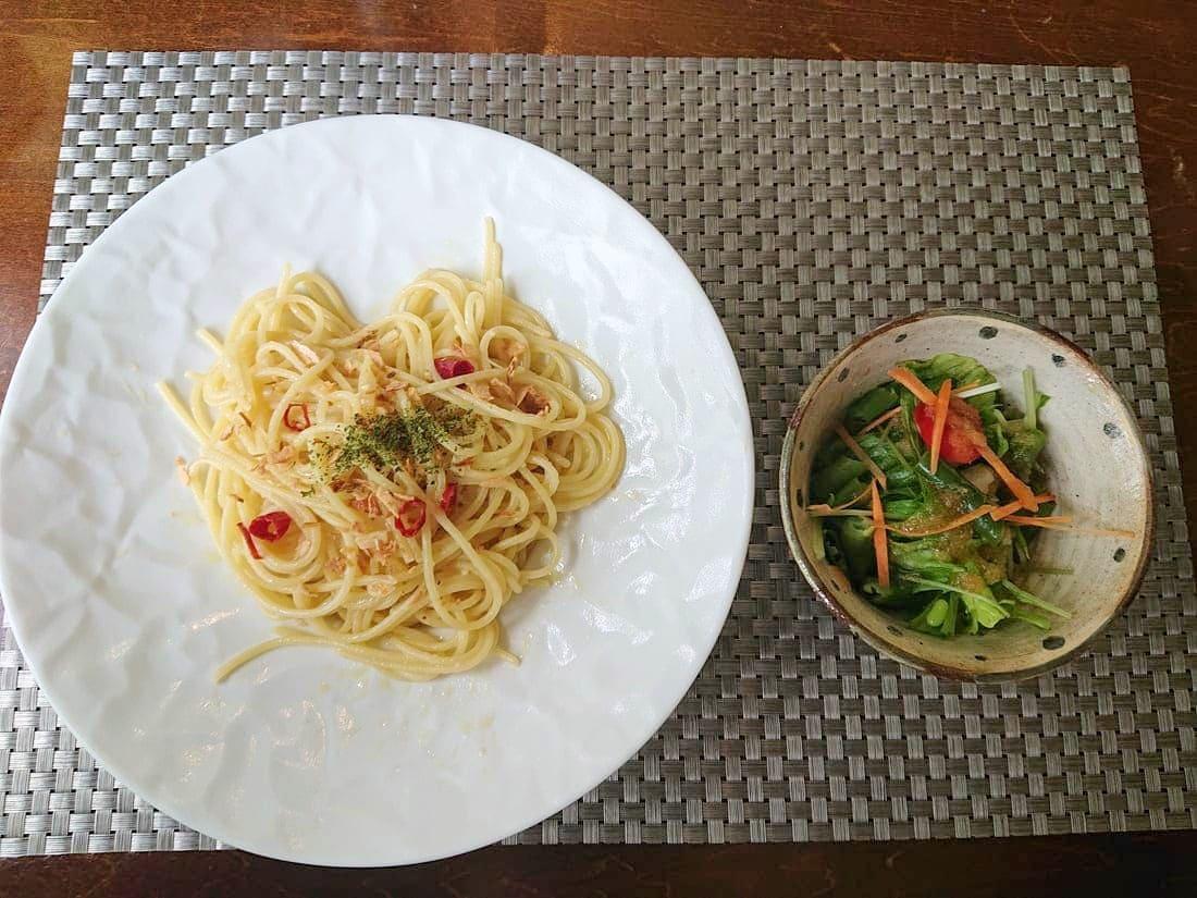 ペペロンチーノとセットのサラダ