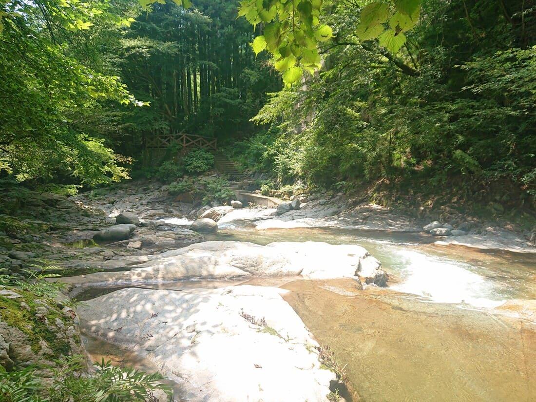 ハイキングコースで川を渡るポイント
