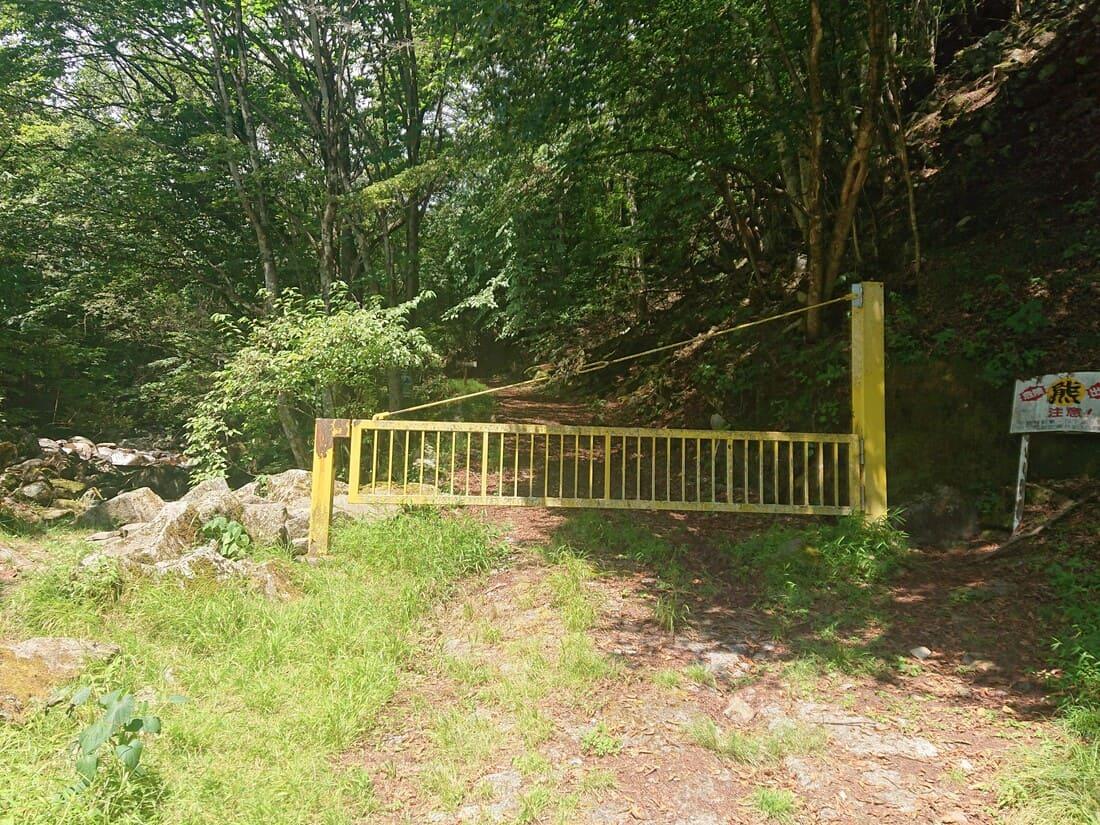車両侵入禁止の門