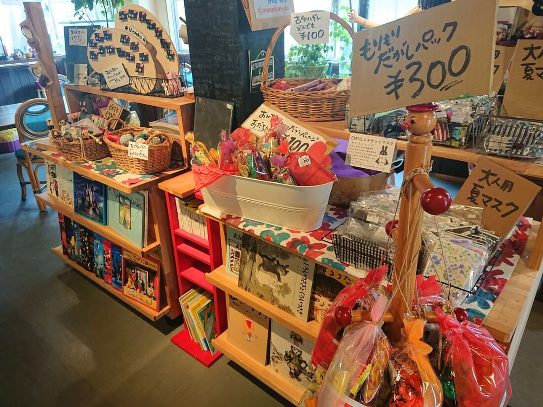 その他雑貨や駄菓子のまとめ売りコーナー