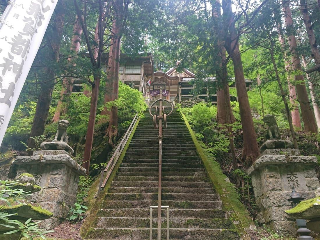 拝殿までの急な階段