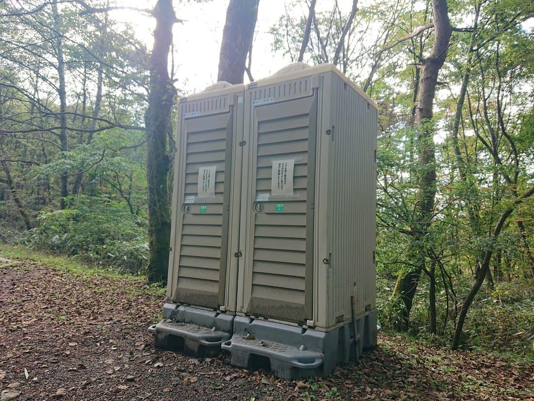 駐車場にある仮設トイレ