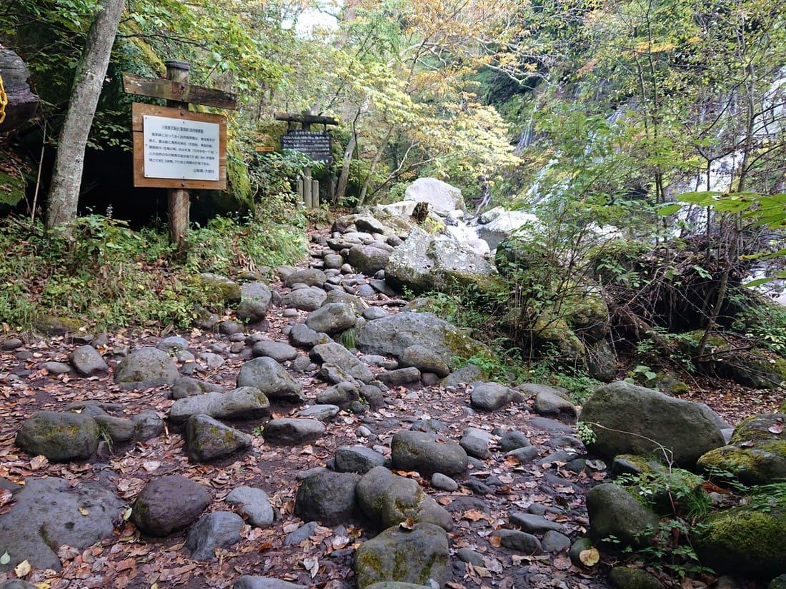 滝周辺の岩場