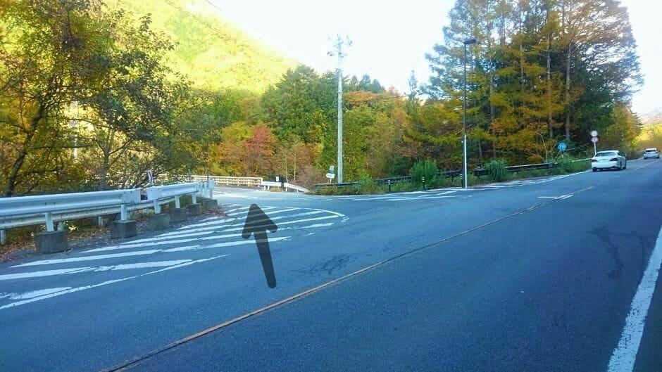 新道峠へ左折する交差点