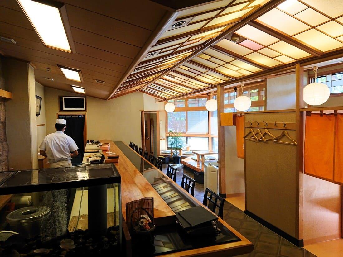 寿司割烹いづ屋の内装
