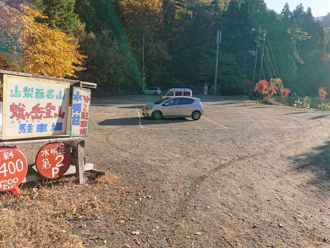 四尾連湖の入り口にある駐車場の様子