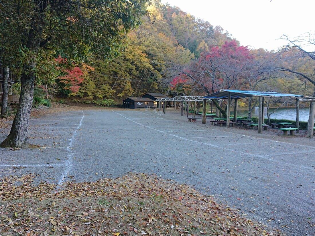 四尾連湖湖畔にある駐車場の様子