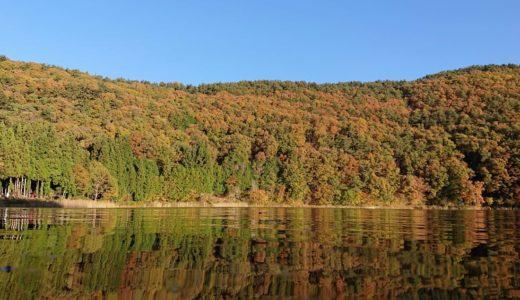 【四尾連湖】水鏡に映る神秘の紅葉。ありのままの自然を楽しめるキャンプ場とカフェ併設の小さな湖