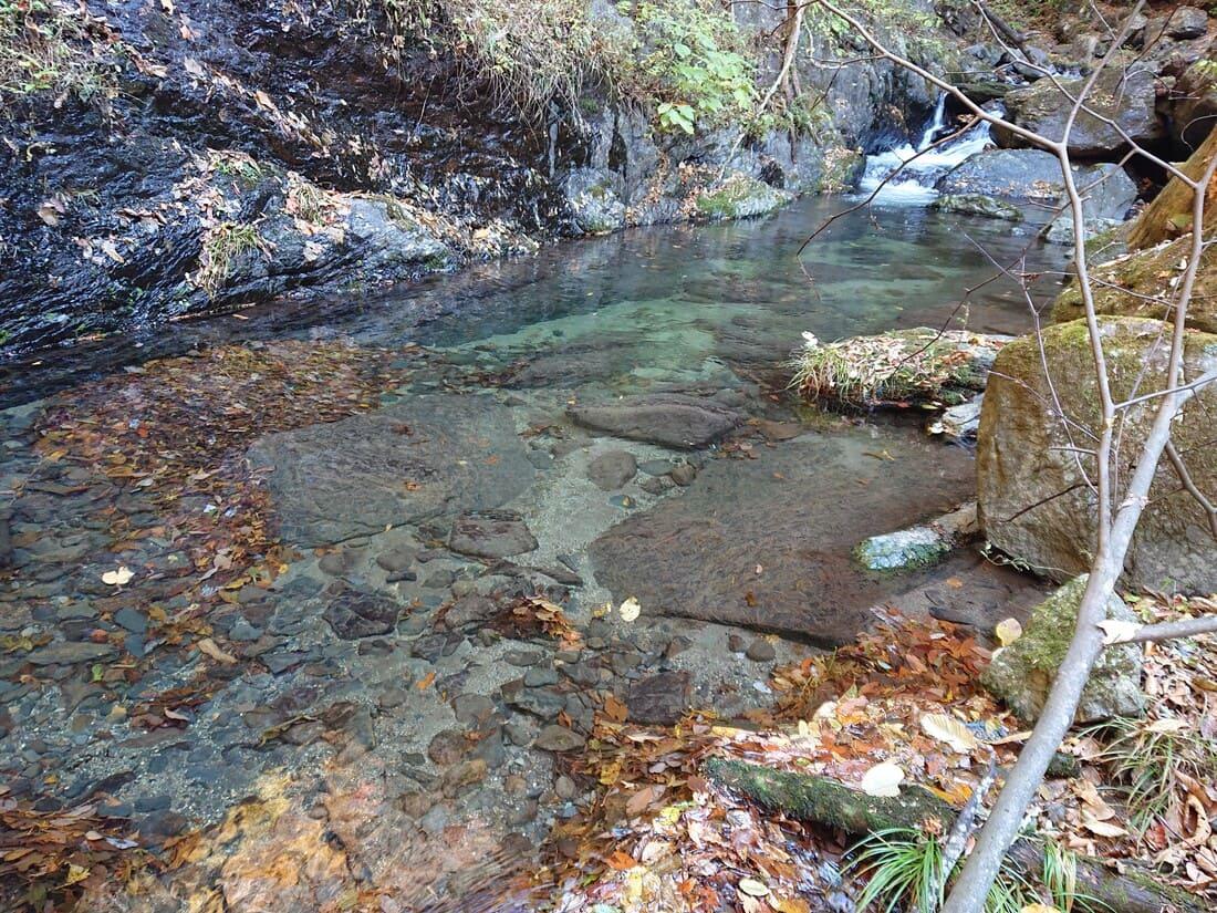 渓谷内を流れる水の透明度