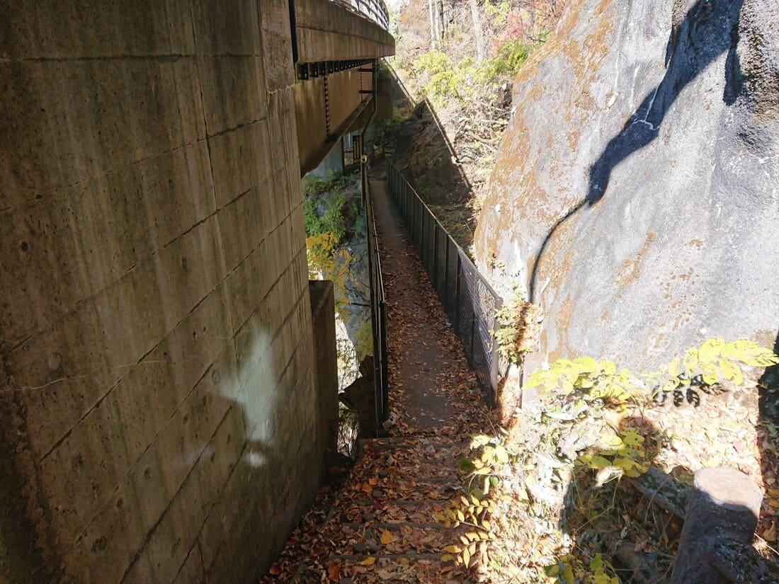 入り口すぐにある細い鉄橋