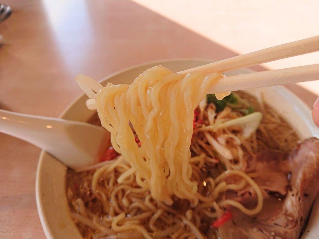 ばかうまラーメンのちぢれ麺