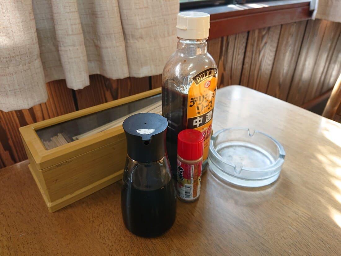 テーブルに置いてある調味料と灰皿