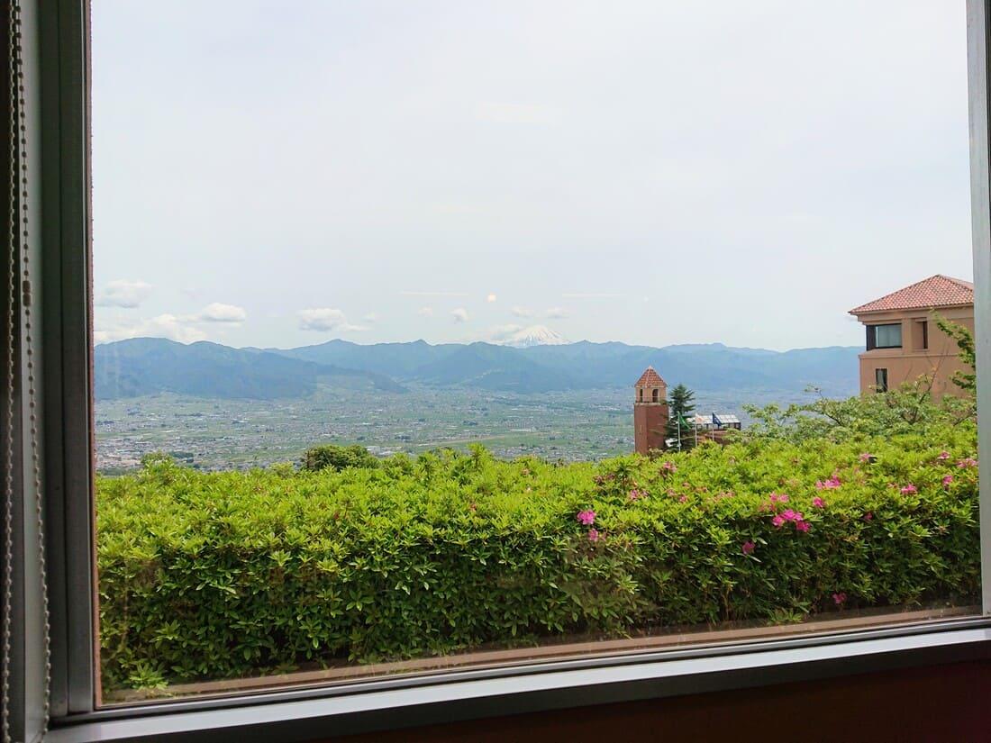 窓からの眺めと富士山